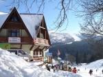 Harrachov - uitzicht van de kinderoefenweide richting het skigebied